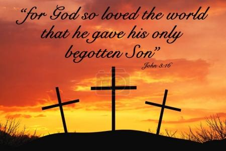 Photo pour Christian Motivational citation disant que car Dieu a tant aimé le monde qu'il a donné son seul fils engendré avec trois croix au sommet d'une colline - image libre de droit