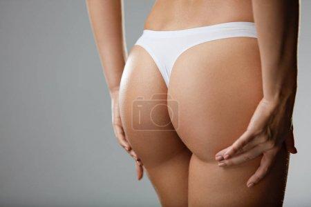Photo pour Magnifique corps de femme en forme. Gros plan fille en bonne santé avec ajustement corps mince, peau douce, et les fesses fermes, hanches en culotte de bikini blanc. Femme avec dos sexy, serré Big Butt en sous-vêtements. Haute résolution - image libre de droit