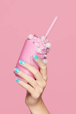Uñas azules. Mujer con lata de soda en las manos
