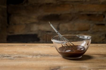 Photo pour Gros plan de chocolat chaud dans un bol en verre sur une table en bois - image libre de droit