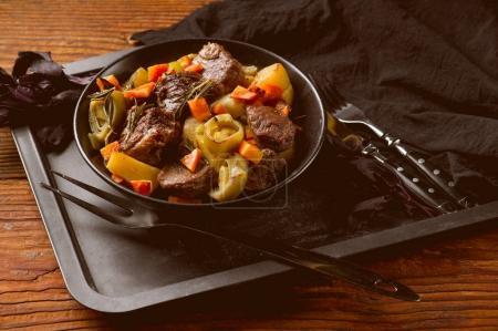Photo pour Cuisson de la viande et des légumes dans une casserole sur table en bois avec espace de copie - image libre de droit