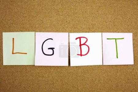 Une note jaune collante le poster écriture, légende, inscription LGTB Acronyme lesbien, gay, bisexuel et transgenre en noir ext sur une note collante épinglée à un panneau d'avis de liège