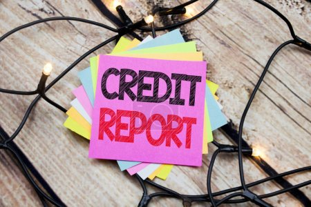 Photo pour Texte de l'annonce manuscrite montrant le rapport de crédit. Concept d'entreprise pour Finance Score Vérifier écrit sur le fond vintage en bois - image libre de droit
