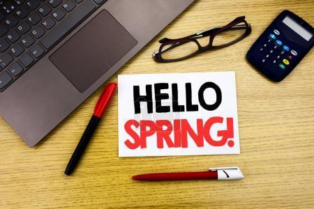 Photo pour Légende manuscrite du texte montrant Hello Spring. Écriture de concept d'entreprise pour l'heure d'été Accueil écrit sur papier, fond en bois dans l'espace de copie de bureau, stylo marqueur et lunettes - image libre de droit