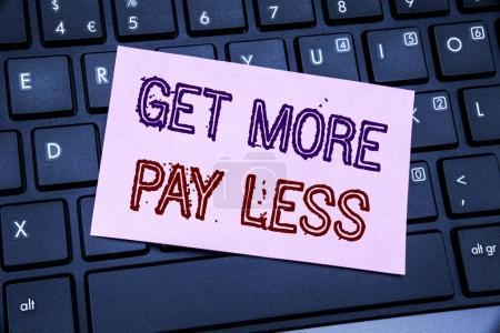 Photo pour Texte d'annonce écriture manuscrite indiquant obtenir plus payez moins. Concept d'entreprise Budget Slogan concept rédigés sur papier pense-bête sur fond noir clavier. - image libre de droit