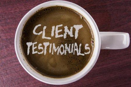 schriftliche Notiz mit Kundenbewertungen. Business-Foto präsentiert persönliche Erfahrungen des Kunden Bewertungen Meinungen Feedback auf Kaffee in weißer Tasse auf dem hölzernen Hintergrund geschrieben.