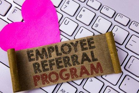 Schreibnotiz, die das Überweisungsprogramm für Mitarbeiter zeigt. Geschäftsfoto, das die strategische Arbeit zeigt, ermutigt Arbeitgeber durch Preise, die auf gefaltetem Papppapier geschrieben sind, das auf weißes Tastaturherz gelegt wird.