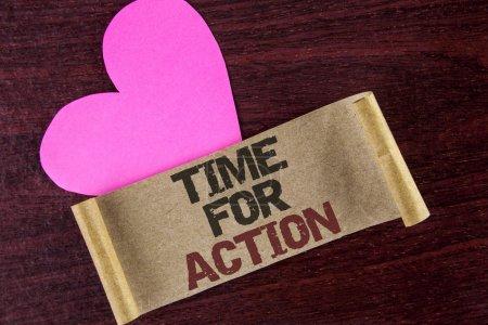 Photo pour Note d'écriture montrant le Temps d'action. Photo d'affaires mettant en vedette Faites quelque chose maintenant pour un usage particulier Loi en ce moment écrit papier carton fond en bois Coeur à côté de lui . - image libre de droit