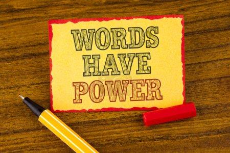Foto de Escribiendo una nota que muestra que las palabras tienen poder. Exposición de fotos de negocios Las declaraciones que usted dice que tienen la capacidad de cambiar su realidad escrita Papel adhesivo de la nota el lápiz de fondo de madera al lado de él . - Imagen libre de derechos