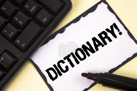 konzeptionelle Handschrift mit Wörterbuch Motivationsaufruf. Business-Fototext, der andere Vokabeln und Synonyme aus einem Buch lernt, das auf klebrigem Notizpapier auf einer einfachen Hintergrundmarker-Tastatur geschrieben ist.