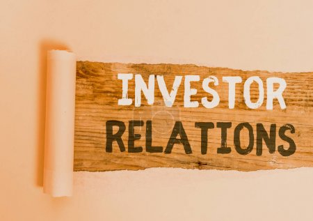 Photo pour Texte manuscrit Relations avec les investisseurs. Analyse conceptuelle de la photo responsabilité qui intègre les finances Carton déchiré au milieu placé au-dessus d'une table classique en bois - image libre de droit