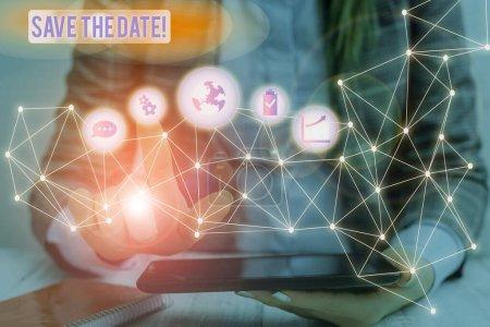 Handschriftliches Textschreiben speichert das Datum. Konzept Bedeutung reservieren die genannten zukünftigen Hochzeitsdatum auf ihrem Kalender Bild Foto-System Netzwerk-Schema moderne Technologie intelligentes Gerät.