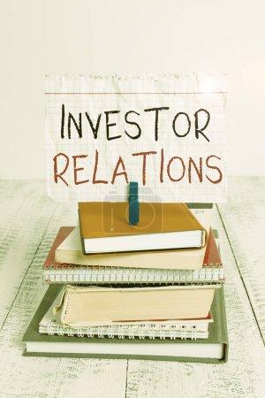 Photo pour Écriture conceptuelle montrant les relations avec les investisseurs. Concept signifiant la responsabilité de l'analyse qui intègre les finances pile cahiers empilés cahier épinglette couleur rappel blanc bois - image libre de droit