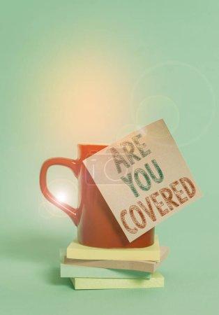 konzeptionelle Handschrift zeigt, sind Sie bedeckt. Business-Foto präsentiert fragen, wie Medikamente durch Ihren Plan Kaffeetasse farbigen klebrigen Notizblock gestapelt einfachen Hintergrund abgedeckt sind.