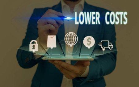 Foto de Nota de escritura que muestra los costos más bajos. El concepto de negocio para el negocio establece un bajo precio para mejorar el desanálisis del producto. - Imagen libre de derechos