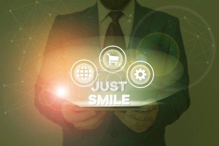 Foto de Signo de texto que muestra Just Smile. La presentación de fotos de negocios supone una expresión facial que indica placer o diversión. - Imagen libre de derechos