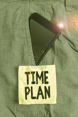 Photo pour Écriture manuscrite Écriture écrite Photographie conceptuelle un système de paiement des marchandises par versements ou en mode analytique ordinaire Appareil Smartphone à l'intérieur d'un pantalon de travail formel papier de poche à l'avant - image libre de droit
