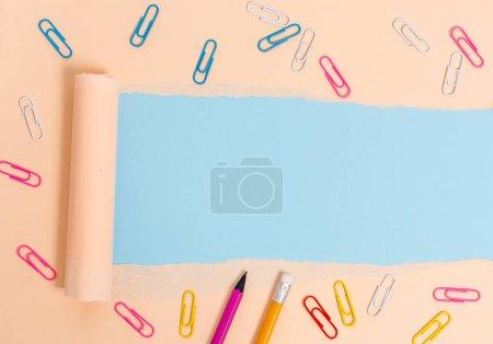 Photo pour Carton fixe et déchiré placé au-dessus d'un fond de table pastel ordinaire - image libre de droit