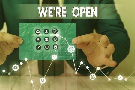 Textschild mit der Aufschrift We Re Open. Konzeptionelle Foto-Beantwortung auf Client, dass Shop zu diesem Zeitpunkt verfügbar ist.