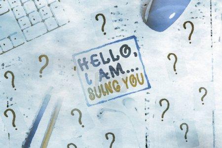 Photo pour Note d'écriture montrant Hello I Am Suing You. Concept commercial pour créer un dossier pour accuser quelqu'un de ses actes Outils d'écriture et papier griffonné sur la table de bois - image libre de droit