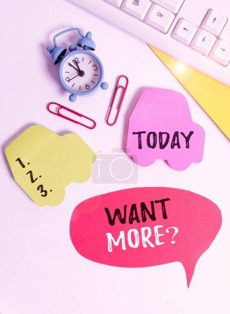 Foto de Escribiendo nota mostrando Want Morequestion. Concepto de negocio para Si usted quiere algo que usted siente un deseo o una necesidad para él La disposición plana con el espacio de copia en el reloj de papel de burbuja y clips de papel - Imagen libre de derechos