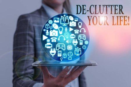 Foto de Escribiendo nota mostrando De Clutter Your Life. Concepto de negocio para eliminar elementos innecesarios de lugares desordenados o hacinados - Imagen libre de derechos