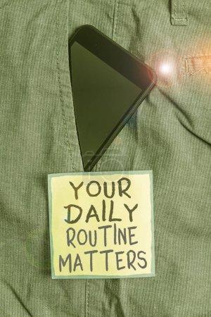 Photo pour Affiche montrant Vos affaires courantes quotidiennes. Photo d'entreprise texte pratique de faire régulièrement des choses en ordre fixe Smartphone appareil à l'intérieur pantalon de travail formel papier de poche avant près note - image libre de droit