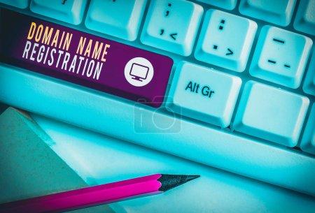 Photo pour Note d'écriture montrant l'enregistrement du nom de domaine. Concept d'entreprise pour Posséder une adresse IP Identifier une page Web particulière Clavier pc blanc avec papier à notes au-dessus du fond blanc - image libre de droit