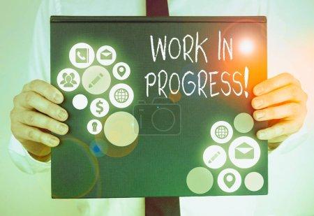 Foto de Escritura a mano conceptual que muestra El trabajo en curso. Concepto que significa proyecto inacabado que todavía se añade o se desarrolla - Imagen libre de derechos