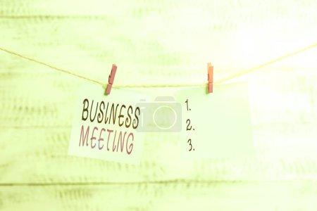 Foto de Firma de texto que muestra la reunión de negocios. Recopilación de fotografías de negocios de dos o más muestras para discutir ideas de negocio Clothesline clothesline rectángulo forma papel recordatorio de madera blanca escritorio. - Imagen libre de derechos