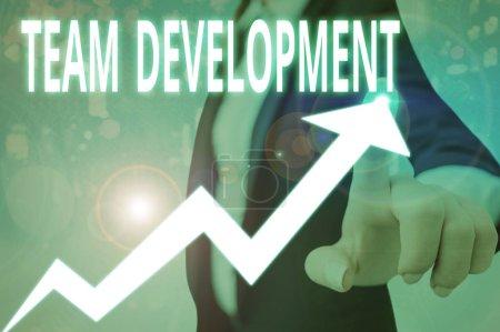 Foto de Conceptual hand writing showing Team Development. Concepto que significa la mejora de la eficacia de los grupos de trabajo - Imagen libre de derechos
