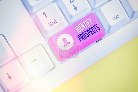 Photo pour Écriture manuscrite Identify Prospects. Photo conceptuelle Client possible Client idéal Prospective Donateurs - image libre de droit
