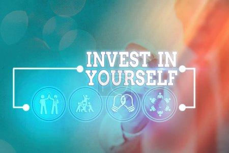 Photo pour Note d'écriture montrant Investir en soi. Concept d'affaires pour apprendre de nouvelles choses ou des matériaux rendant ainsi votre beaucoup mieux - image libre de droit
