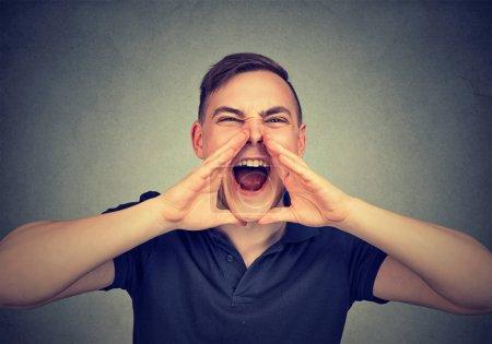 Foto de Retrato de un joven enojado gritando - Imagen libre de derechos