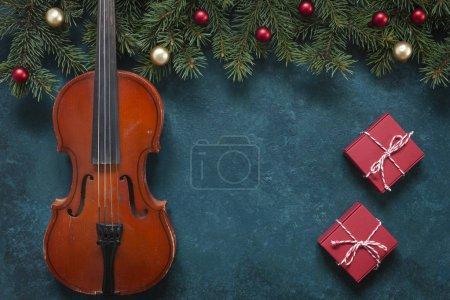 Photo pour Vieilles branches de violon et sapin avec décor de Noël. Noël, le concept du Nouvel An. Vue de dessus, gros plan - image libre de droit