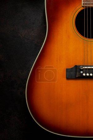 Photo pour Guitare acoustique sur fond brun foncé - image libre de droit