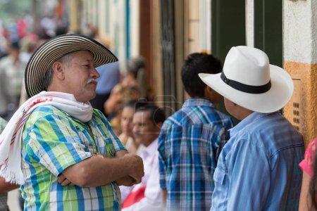 Hombres colombianos en la calle El Jardín