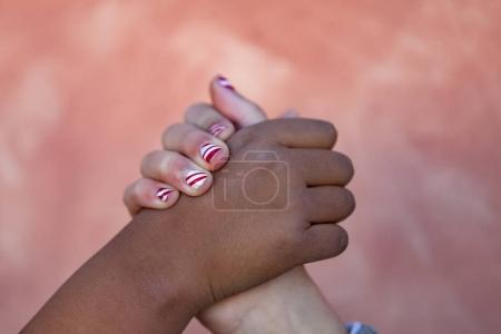 differents races kids holding hands