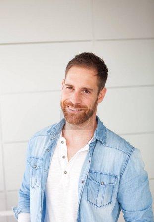 Photo pour Portrait de type décontracté avec chemise en denim dans la rue - image libre de droit