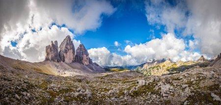 Photo pour Trois sommets. Parc national Tre Cime di Lavaredo. Dolomites, Tyrol du Sud, Italie - image libre de droit