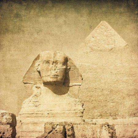 Photo pour Image grunge vintage de la statue de sphynx devant la pyramide - image libre de droit
