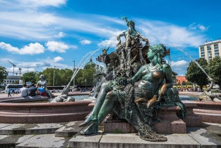 Photo pour Fontaine Neptunbrunnen ou Neptune place Alexanderplatz, Berlin, Allemagne - image libre de droit