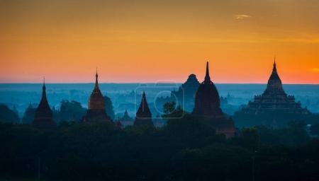 Photo pour Lever de soleil sur l'ancien Bagan, Myanmar. - image libre de droit