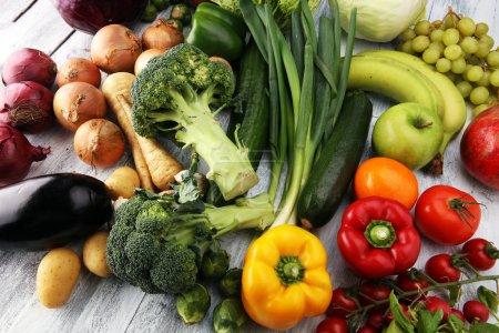 Photo pour Composition avec une variété de légumes et fruits biologiques crus. Régime alimentaire équilibré - image libre de droit
