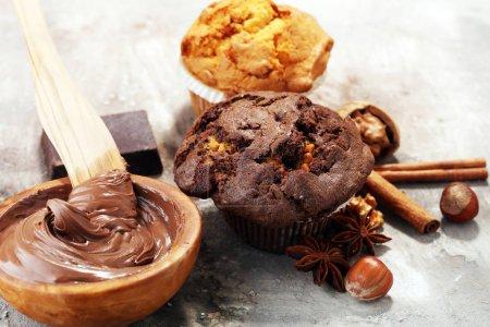 Muffin au chocolat et muffin aux noix, boulangerie maison sur fond gris