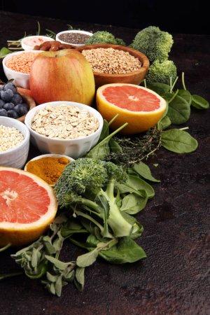Photo pour Aliments sains sélection d'aliments propres : fruits, légumes, graines, superaliments, céréales, légumes-feuilles sur fond - image libre de droit