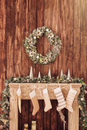 dekoriert Kamin auf dem Hintergrund einer Holzwand mit einem gr