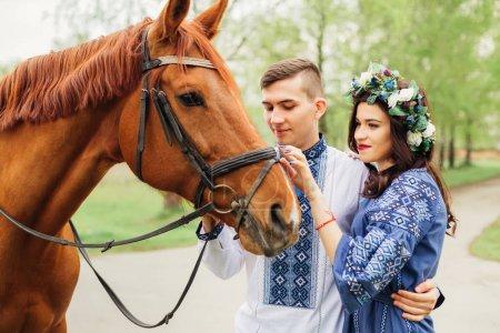 una foto suave de una pareja enamorada que está de pie cerca de una belleza