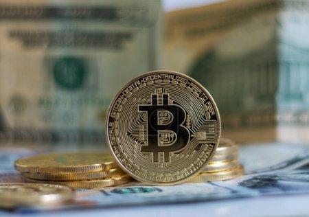 Photo pour Bitcoin avec Dollar Fond de billet - image libre de droit