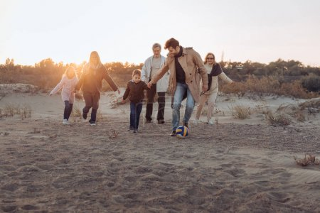 Foto de Familia multigeneracional, pasar tiempo juntos en la orilla del mar - Imagen libre de derechos